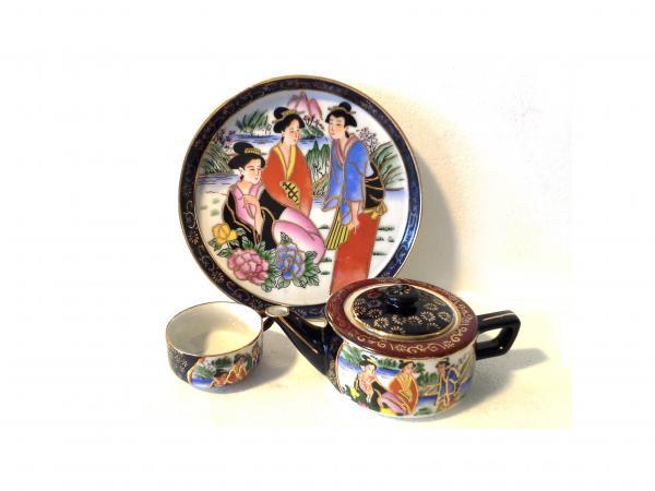 Kínáló tányérka, fedeles teáskanna és teáscsésze