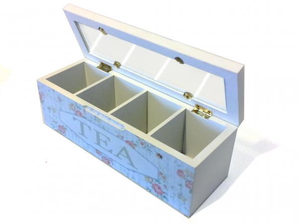 A négyrekeszes tea tároló dobozban tárolhatod filteres teáidat, de akár különféle teafüveket is. A doboz fedelét felnyitva kiárad a tea varázslatos illata...