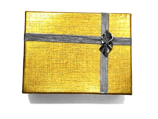 Az utalványt ezüst szalaggal átkötött arany színű dobozkában szállítjuk