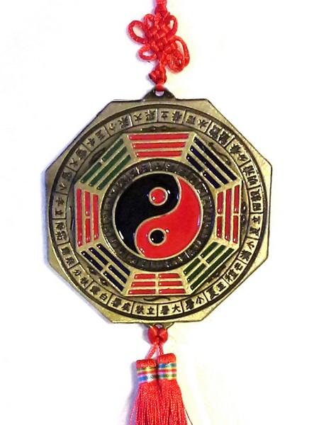 A medál Yin - Yang-os oldala